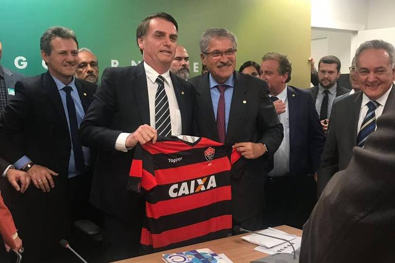 Palmeirense, Bolsonaro recebe camisa do Vitória