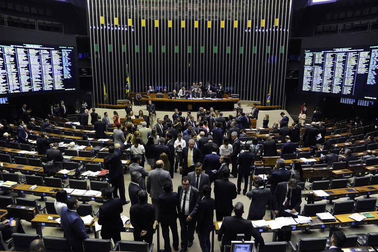 Plenário da Câmara dos Deputados; parlamentares aprovam orçamento