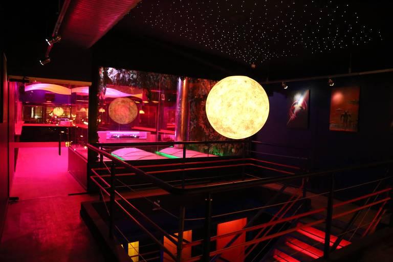 Ambiente do Sputnik, casa que mistura balada, bar, restaurante e karaokê no largo do Arouche