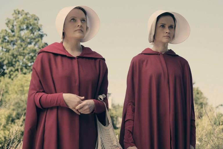 """Elisabeth Moss e Alexis Bledel na série distópica """"The Handmaid's Tale"""""""
