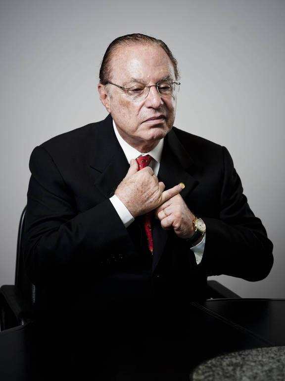 Paulo Maluf retratado no escritório da Eucatex, empresa de sua família, quando decidiu não concorrer à prefeitura de São Paulo