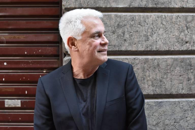 um homem de cabelo branco e roupa preta