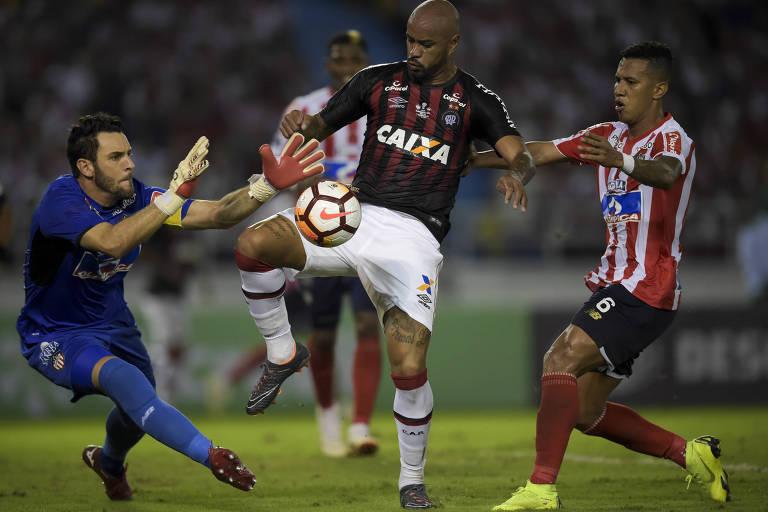 O goleiro do Junior Barranquilla Sebastian Viera disputa a bola com Thiago Heleno, do Atlético-PR