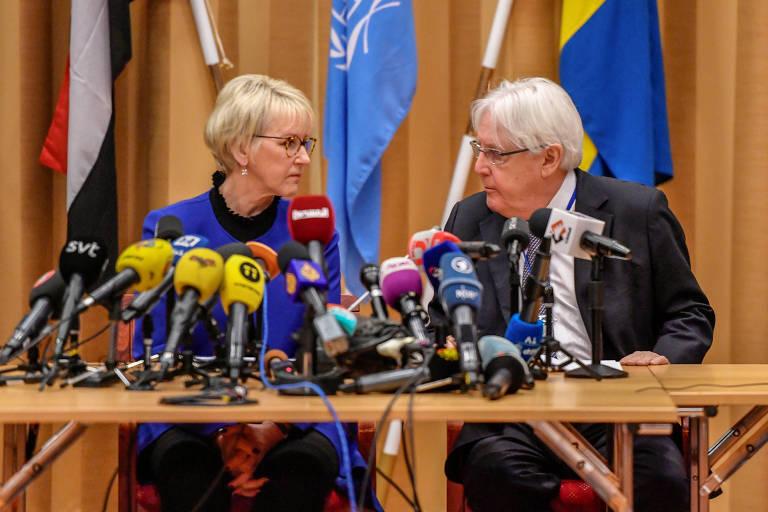 A ministra de Relações Exteriores da Suécia, Margot Wallstrom, e o enviado da ONU para o Iêmen, Martin Griffiths, dão entrevista coletiva antes do início das conversas para negociações para troca de prisioneiros no Iêmen