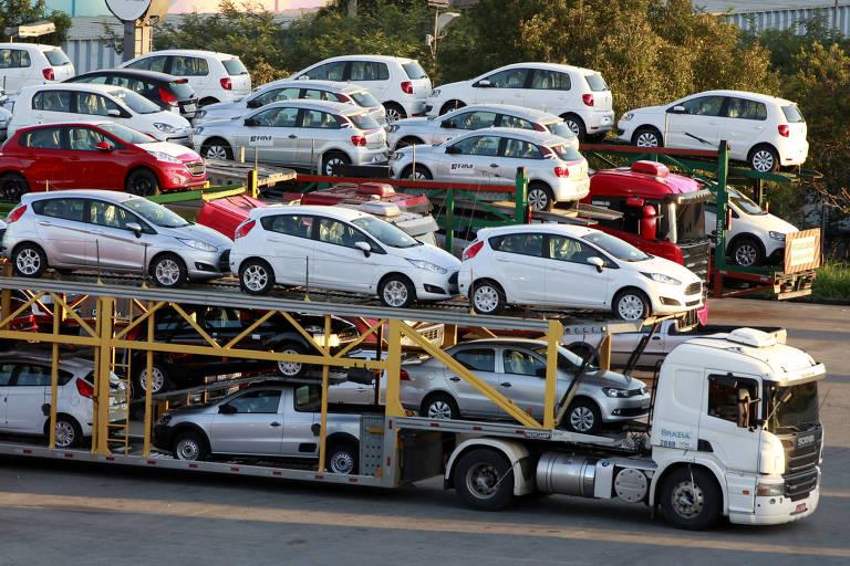Caminhão transporta carros