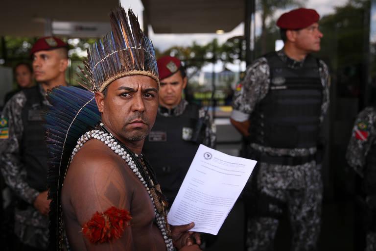 Índios de várias etnias fazem cantam e dançam em frente à sede do governo de transição. Eles pediam para serem recebidos por um representante do governo Bolsonaro e queriam deixar um documento com reivindicações dos povos indígenas por eles representados.