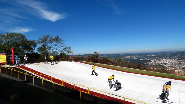 Em São Roque, o parque ecológico Ski Mountain Park tem uma pista de mais de 500 metros de extensão