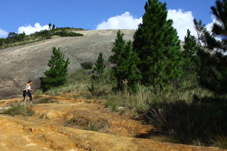 Mulher pratica montanhismo na região conhecida como Pedra Grande, em Atibaia, SP