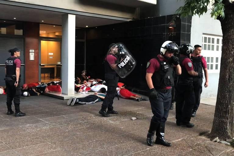 Policiais mantêm torcedores do River Plate detidos após ataque a ônibus do Boca, no dia 24 de novembro
