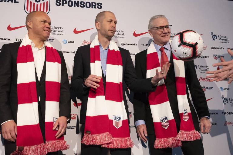Gregg Berhalter, no centro, é apresentado como novo técnico da seleção de futebol dos EUA