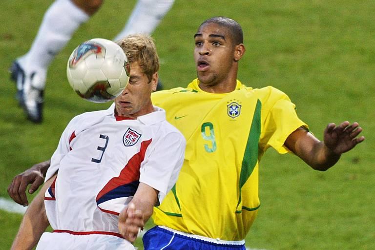 Berhalter em ação pela seleção, disputando bola pelo alto com o brasileiro Adriano, na Copa das Confederações de 2003