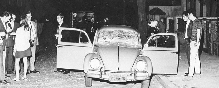 Fusca com vidros quebrados por tiros em que foi encontrado o corpo do guerrilheiro Carlos Marighella após ação da polícia em 04 de novembro de 1969