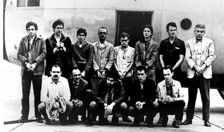 Guerrilheiros trocados em 1969 pelo embaixador norte-americano, Charles Burke Elbrick, posam para foto em frente ao avião Hércules 56, da FAB. Foto: Divulgação