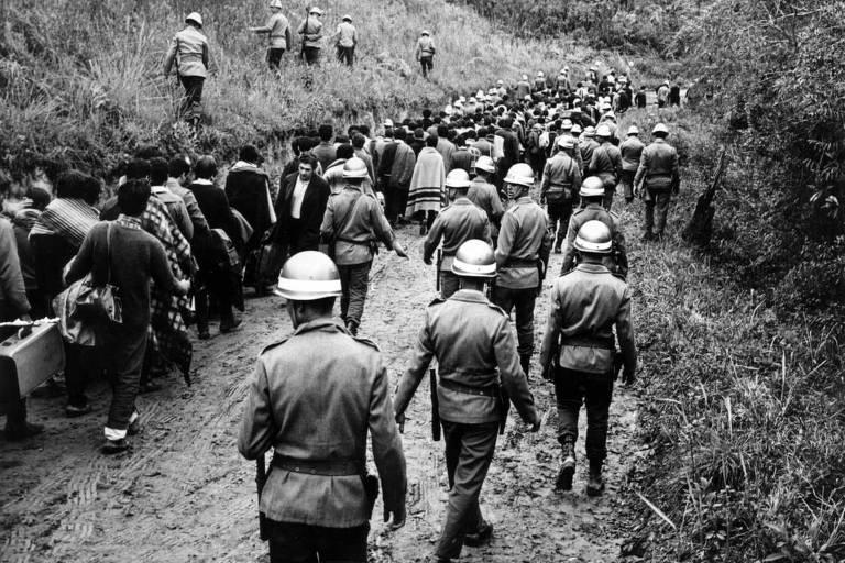 075801_0.tif. Policiais prendem 920 estudantes durante congresso clandestino da UNE, em Ibi?na (SP), em 11 de outubro de 1968. (Folhapress)