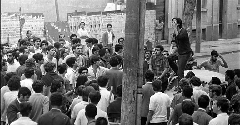 Batalha da Maria Antônia - 1968: Da mesma forma que a esquerda enraizava-se na USP, grupos paramilitares de direita encontraram abrigo no Mackenzie. Nessa universidade, estudavam membros da Frente Anticomunista, do Movimento Anticomunista e do mais famoso e estruturado grupo, o CCC (Comando de Caça aos Comunistas). A presença deste foi decisiva para o confronto que aconteceu no dia 2 de outubro. Foto: Acervo UH/Folhapress