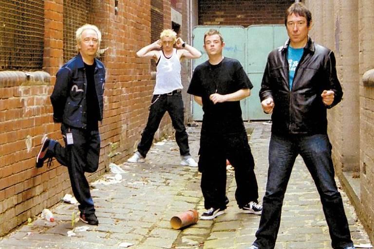 Pete Shelley (à dir.) em foto de divulgação da banda de rock britânica Buzzcocks