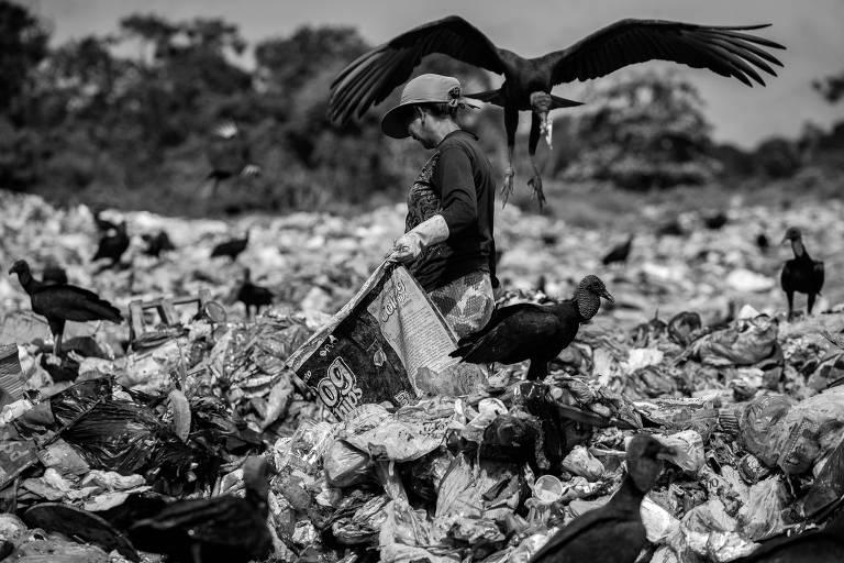 Mulher em lixão no município de Barcarena, na região metropolitana de Belém (PA)