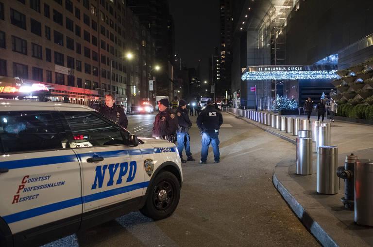 Policiais fazem a segurança do edifício Time Warner Center, onde fica a sede da CNN em Nova York, após a ameaça de bomba