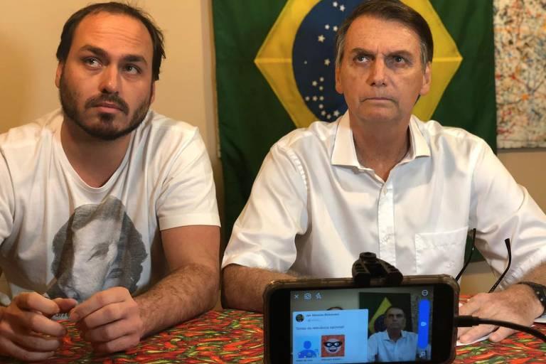 Carlos Bolsonaro e Jair Bolsonaro gravam vídeo para redes sociais durante a campanha eleitoral. Militares no governo se queixam de intromissão dos filhos do presidente em assuntos do Estado