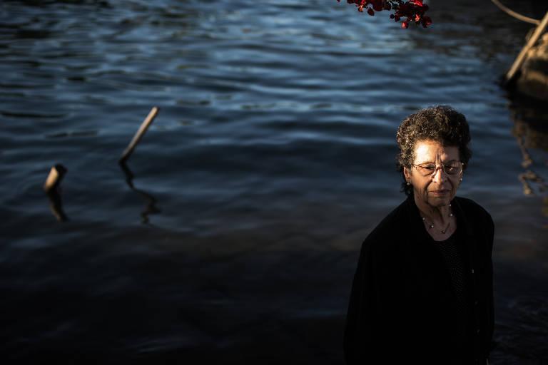 A autora Maria Valeria Rezende posa para foto em frente ao mar de Paraty.