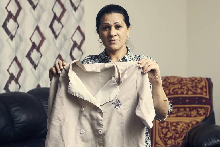 Sandra Diaz, que trabalhou no clube de Trump de 2010 a 2013, mostra o uniforme que usava no local