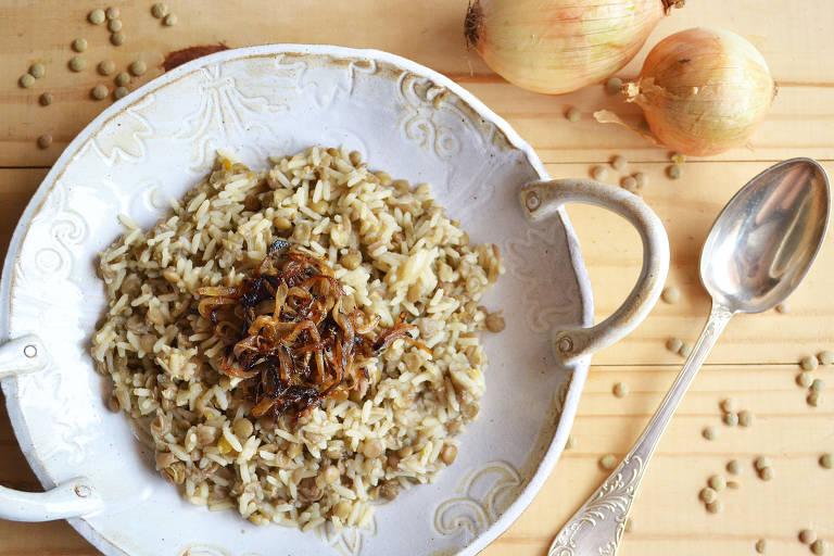 Arroz árabe com lentilhas e cebola caramelizada é opção vegetariana para as ceias de fim de ano