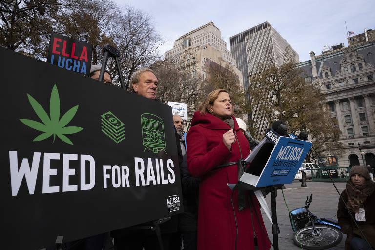 Manifestação em Nova York nesta quinta (6) a favor do uso da taxação sobre maconha para ajudar no financiamento do metrô na cidade