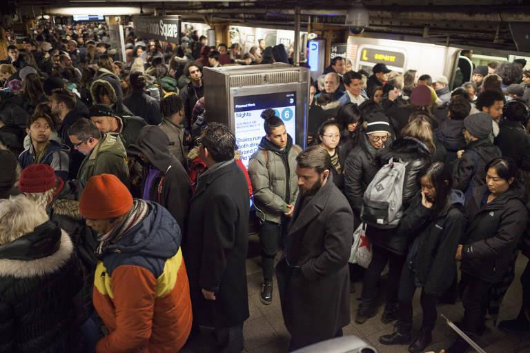 Pessoas em estação de metrô