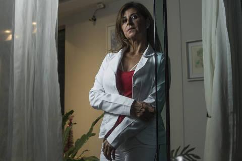 SÃO PAULO, SP, BRASIL. 29/11/2018. Retrato de Cenira Primão, 54, massoterapeuta. Cenira deixou de pagar plano de saúde por conta do alto custo e passou a utilizar os serviços de uma startup de saúde. (Foto: Jardiel Carvalho/Folhapress) ***EXCLUSIVO FOLHA - ((ATENÇÃO -  AS FOTOS NÃO PODEM SER PUBLICADAS SEM A AUTORIZAÇÃO DO NÚCLEO DE IMAGENS)).