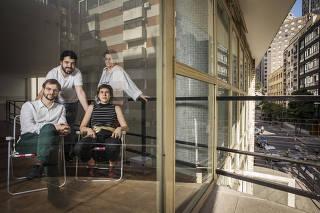 75 anos do IAB - SP (Instituto de Arquitetos do Brasil). Retrato dos membros da Diretoria. Em pŽ: Marco Artigas e Sra Maria Helena Flynn. Sentados: Fernando Tulio e Maria Cau Levy
