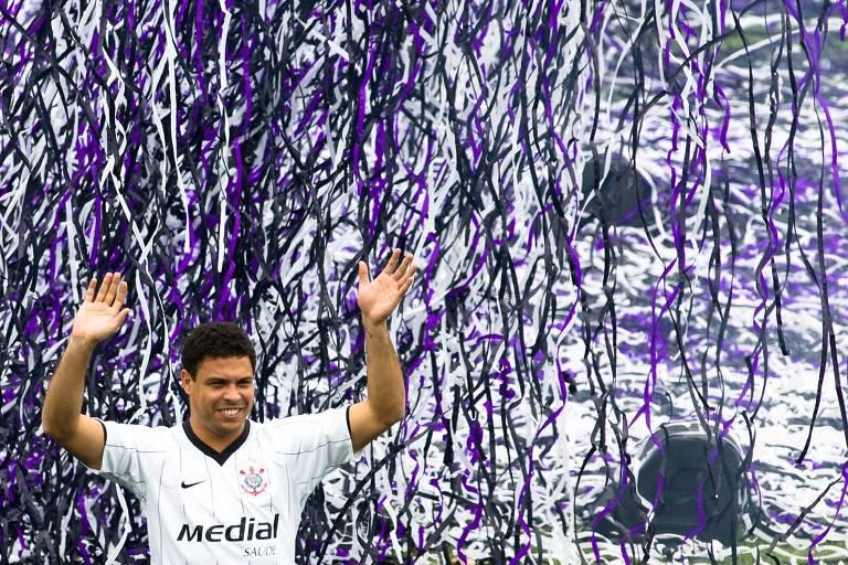 """""""Aqui está mais um louco para este grande bando de loucos"""", disse o atacante Ronaldo com o microfone em mãos durante sua apresentação como jogador do Corinthians, para delírio dos cerca de 6.000 torcedores presentes no Parque São Jorge naquela sexta-feira, 12 de dezembro de 2008"""
