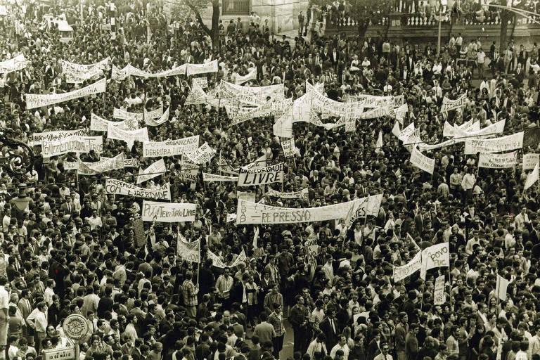 Manifestantes fazem protesto contra a ditadura militar, no centro do Rio de Janeiro (RJ); ato conhecido como Passeata dos 100 Mil, em 1968.
