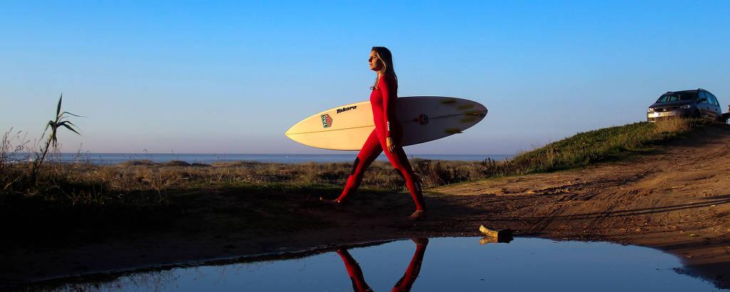 Maya Gabeira em Nazaré, Portugal, onde registrou o recorde de maior onda já surfada por uma mulher