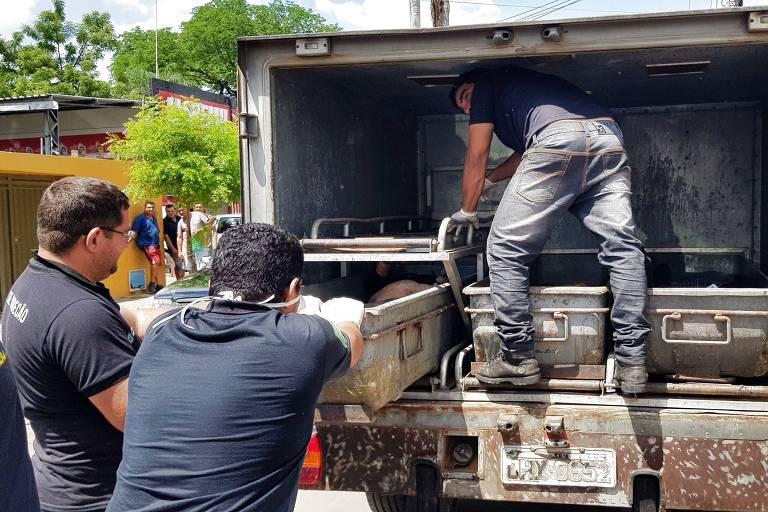 Agentes levam corpos para perícia após tentativa de assalto a banco em Milagres (CE)