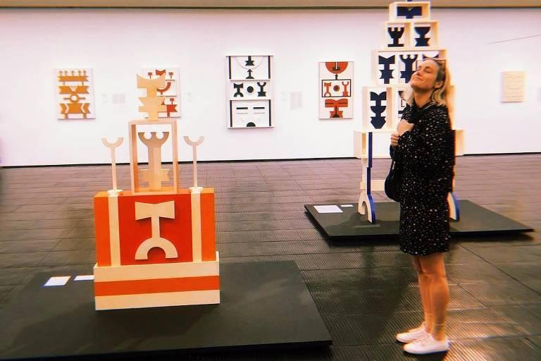 A atriz Brie Larson visita exposição de Rubem Valentim no Masp