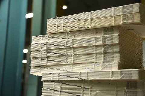 SÃO PAULO, SP, 07.12.2018 - Linha de produção de livros da gráfica Orgrafic, que imprime os exemplares da Martins Fontes, em São Paulo. (Foto: Karime Xavier/Folhapress)