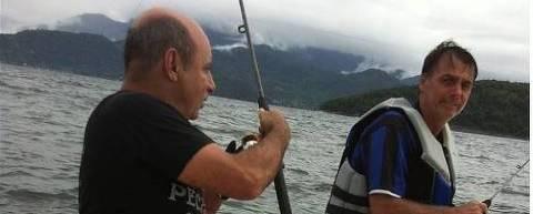 O ex-assessor parlamentar e policial militar Fabrício José Carlos de Queiroz em foto ao lado de Jair Bolsonaro. A imagem foi publicada no perfil do Instagram do ex-auxiliar em 21 de janeiro de 2013 - Reprodução/Instragram