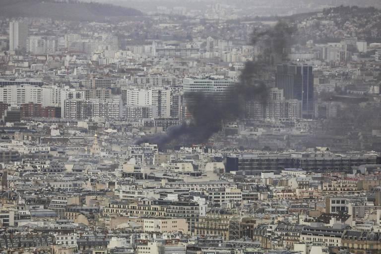 Fumaça sobe entre prédios de Paris, na França, durante protesto dos