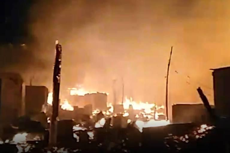 Incêndio em uma invasão na periferia de Curitiba destruiu cerca de 300 casas na madrugada deste sábado