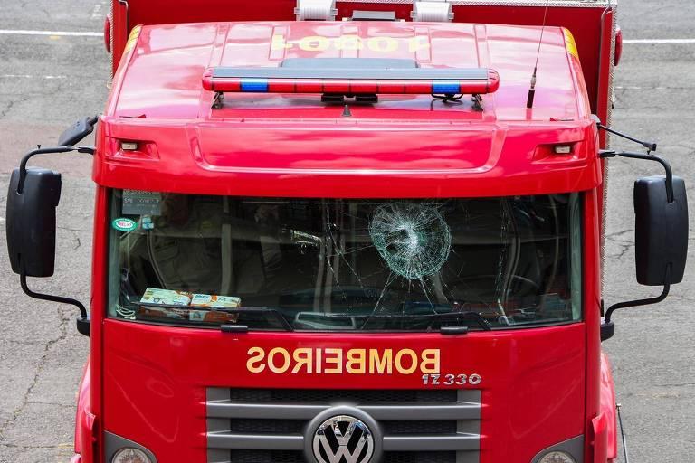 Veículo do Corpo de Bombeiros foi atingido por objetos atirados pelos moradores