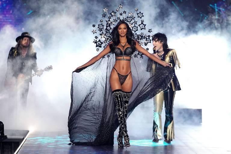 A brasileira Lais Ribeiro em desfile da Victoria's Secret em 2018