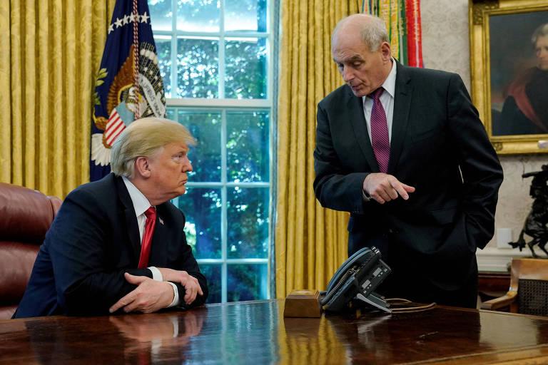 Donald Trump é visto de perfil sentado atrás de sua mesa no Salão Oval, diante de um telefone, escutando John Kelly, de pé e apontando para o chão, fala