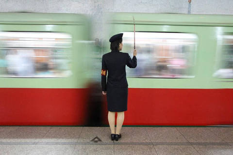 A train attendant maintains order on the Pyongyang metro. The metro system has two lines and uses carriages made in East Germany. Crédito: @koryotours/Instagram