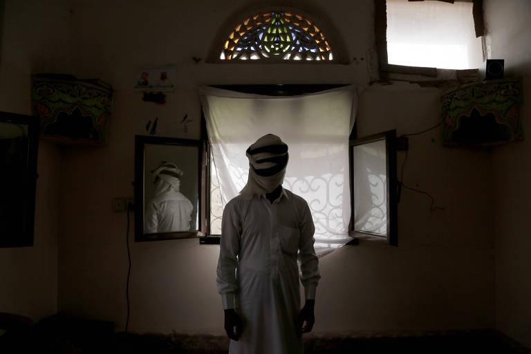 Estudante de 24 anos torturado por meses por houthis posa para foto em Marib, no Iêmen