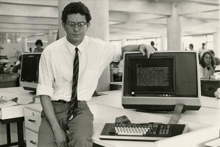 O jornalista Caio Túlio Costa ao lado de um moderno computador
