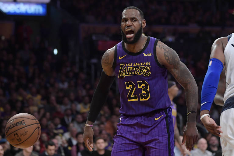 LeBron James, hoje no Los Angeles Lakers, comemora cesta durante vitória contra o Dallas Mavericks
