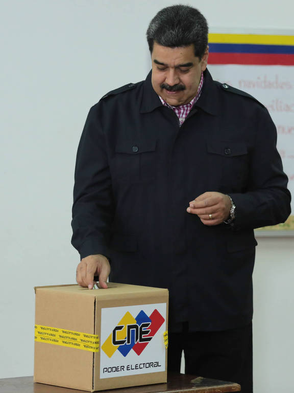 O ditador Nicolás Maduro vota na eleição para vereadores em toda a Venezuela