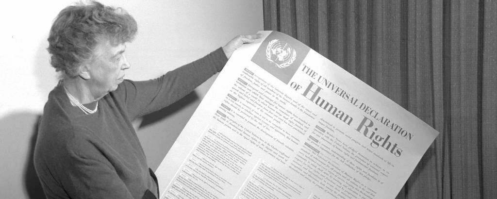 Eleanor Roosevelt segura a Declaração Universal dos Direitos Humanos em 1949