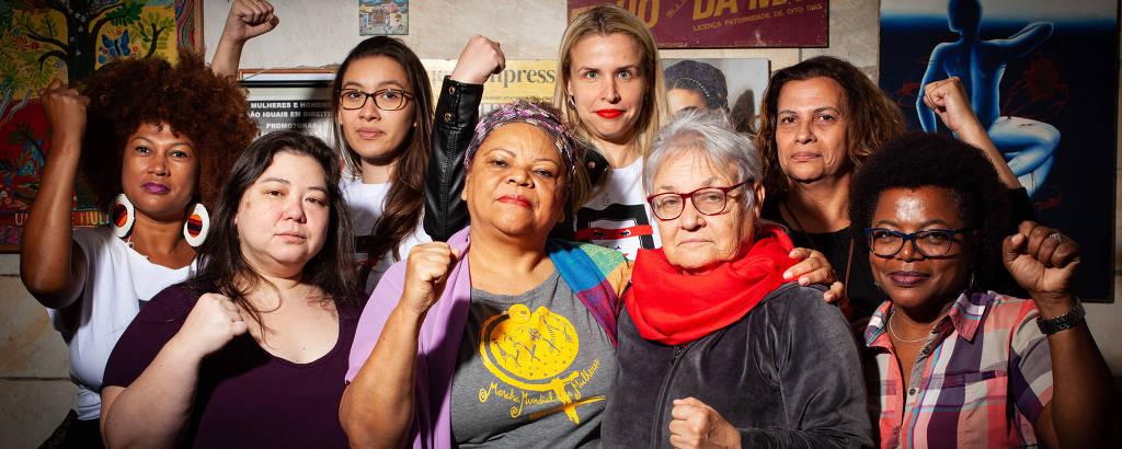 Amelinha Teles (de cachecol vermelho) rodeada por mulheres que participaram do projeto das Promotoras Legais Populares