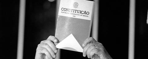 BRASÍLIA, DF, BRASIL, 03-10-1988: O deputado federal Ulysses Guimarães, presidente da Assembleia Constituinte, apresenta o livro da Constituição de 1988 ao plenário da Câmara dos Deputados, em Brasília (DF). (Foto: Lula Marques/Folhapress)